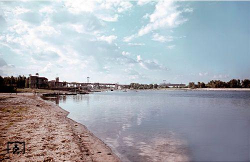 Вид на Монастырский остров и Мерефо-Херсонский мост с набережной (примерно в над этим местом сегодня проходит канатная дорога)