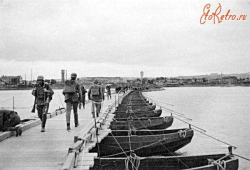 Немцы на наплавном мосту через Днепр