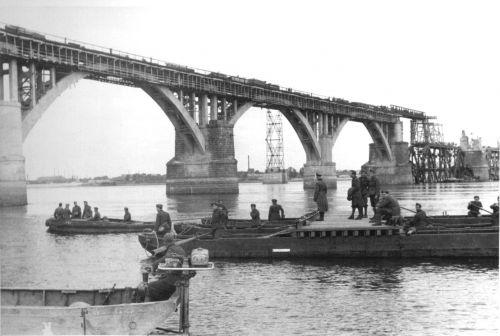 Итальянские военнослужащие из состава 2-го саперного полка на восстановлении моста через Днепр в районе Днепропетровска («мост генерала Клейста»)