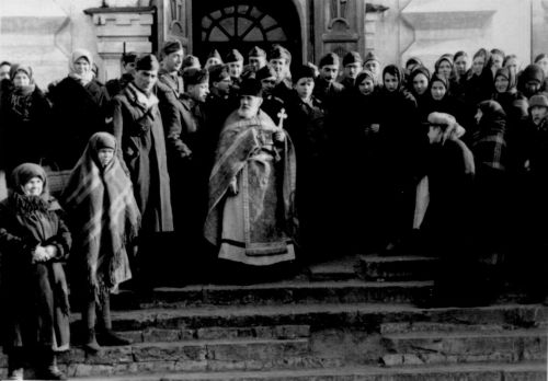 Итальянские солдаты с прихожанами и священником на крыльце церкви. Павлоград, осень-зима 1941 года.
