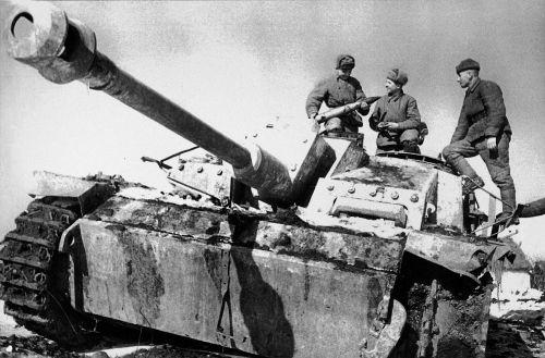 Солдаты 3-го Украинского фронта рассматривают снаряд захваченной немецкой самоходки StuG III Ausf. G на дороге в Никополь. Машина имеет зимний камуфляж, на уцелевшей гусенице видны антипробуксовочные зубья (Mittelstollen), использовавшиеся для повышения ходовых качеств на льду или твердом снеге.