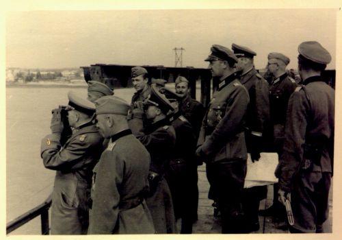 Генерал Эвальд фон Клейст, командующий немецкой 1-й танковой армией, на открытии восстановленной переправы через Днепр в районе Днепропетровска. Время съемки: сентябрь 1941