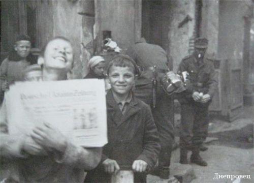 Мальчишки - уличные продавцы газет