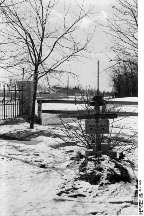 Могила обер-гефрайтера Эрнста Кнауэра (Ernst Knauer) в районе Днепропетровска Фотография сделана в 1942 году. Фотограф: Шлау (Schlau). Источник: Бундесархив (Bundesarchiv) / 137-078920.