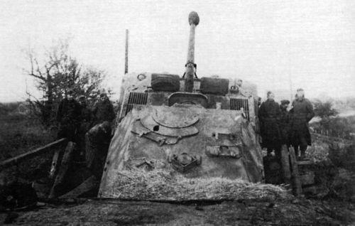 Немецкая САУ «Фердинанд», провалившаяся на деревянном мосту в районе Никополя