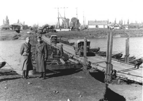 Итальянские военнослужащие из состава 2-го саперного полка у переправы через реку Волчья в районе города Павлограда Днепропетровской области. Осень 1941 г.
