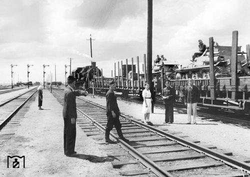 Днепропетровск, 1943 г. Отправляется поезд, груженный танками. Это французкие танки, которые достались Германии в 1940 году. После модификации - Н38.