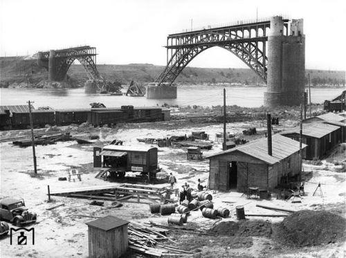 28 августа 1941 немецкая армия заняла город Днепропетровск. Мост через Днепр был уничтожен Красной Армией. к концу 1942 года мост был восстановлен.
