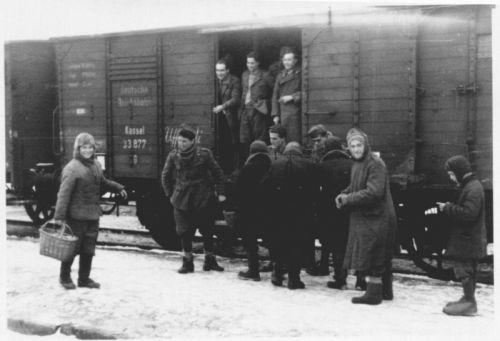 Итальянские солдаты что-то покупают у местных жителей на украинской железнодорожной станции. Зима 1941—1942 года.